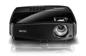 Мултимедиен проектор и екран 150х150 под наем